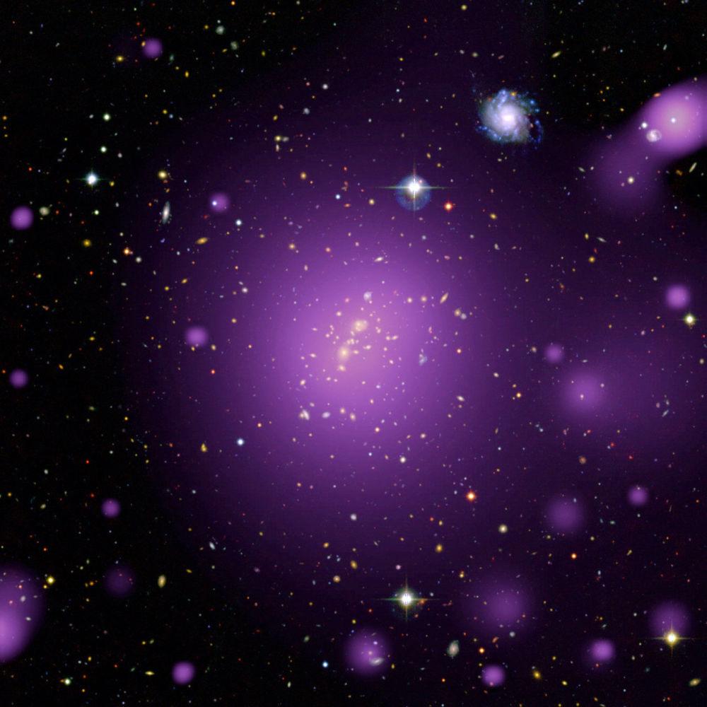 Luminescência irradiada pelo gás quente na aglomeração de galáxias XLSSC006 captada pela sonda XMM-Newton, que foi lançada pela Agência Espacial Europeia