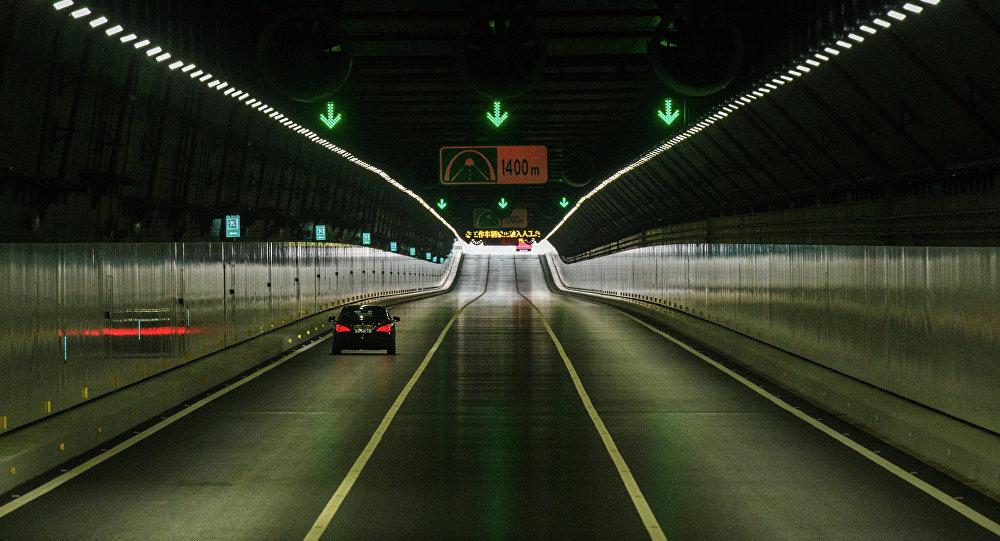 Carro trafegando pelo túnel abaixo do mar da Ponte de Hong Kong-Macau-Zhuhai, 24 de outubro de 2018