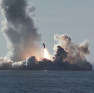 Lançamento de quatro mísseis a partir do submarino Yuri Dolgoruky da classe Borei