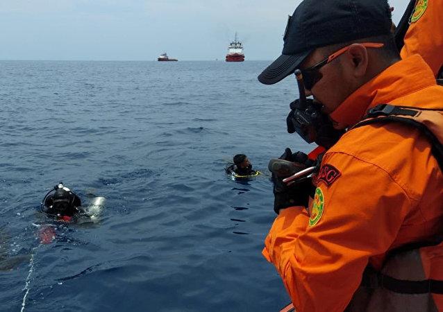 Bombeiros no suposto local do acidente da aeronave Boeing 737 da companhia aérea Lion Air, na Indonésia, em 29 de outubro de 2018