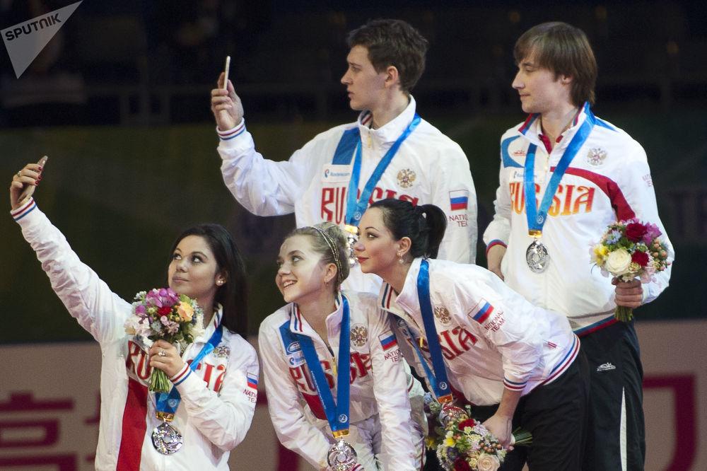 Atletas russos ao conquistarem medalhas de prata no Campeonato Mundial por Equipes de Patinação Artística em Tóquio