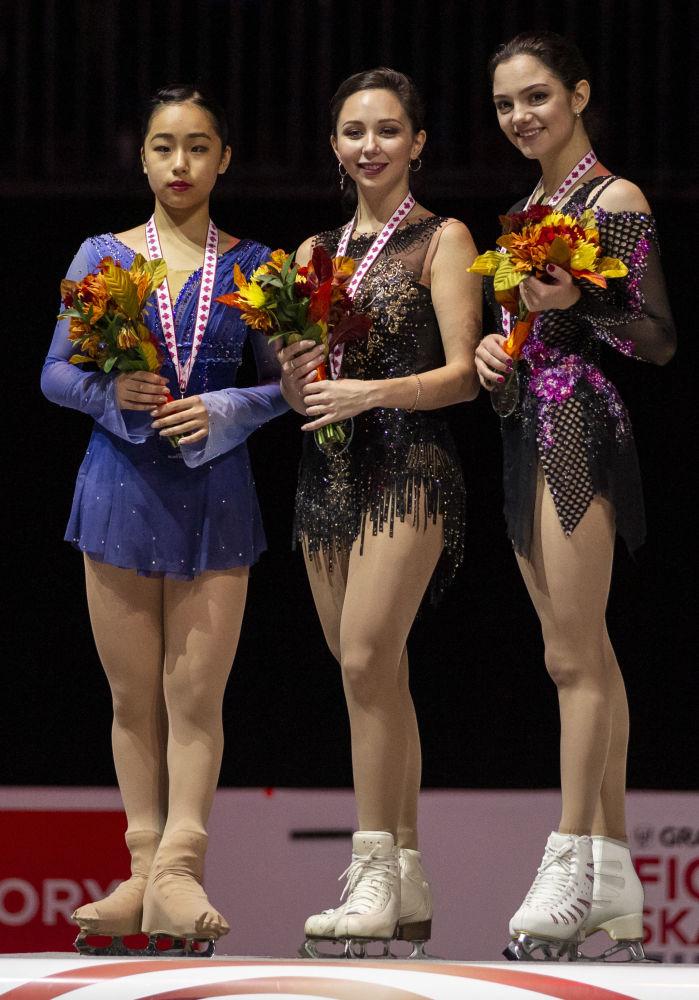 Patinadoras russas Elizaveta Tuktamysheva e Yevgenia Medvedeva (à direita) e a japonesa Mako Yamashita (à esquerda) depois de terem recebido medalhas do Grand Prix de Patinação Artística em Quebec, no Canadá