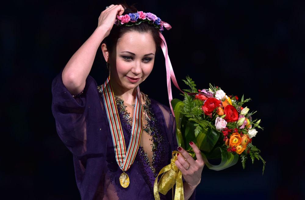 Atleta russa Elizaveta Tuktamysheva recebendo medalha de ouro no Campeonato Mundial de Patinação Artística no Gelo em Xangai de 2015