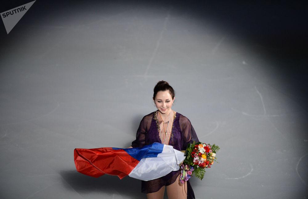 Patinadora russa Elizaveta Tuktamysheva ganha medalha de ouro no Campeonato Mundial de Patinação Artística no Gelo em Xangai de 2015