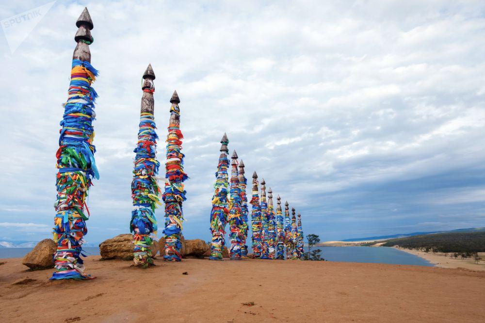 Pilares rituais para atar cavalos na Ilha Olkhon, no lago Baikal, Sibéria, que simbolizam a Árvore da Vida