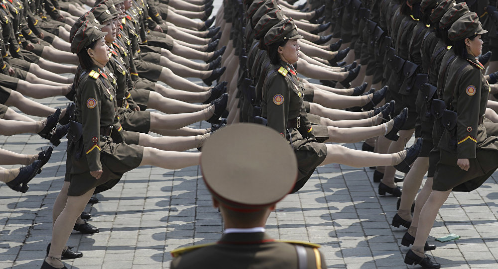 Soldadas norte-coreanas participam de desfile militar em Pyongyang, na Coreia do Norte, para celebrar o 105º aniversário de nascimento de Kim Il-sung, falecido fundador e avô do atual governante Kim Jong-un, 15 de abril de 2017