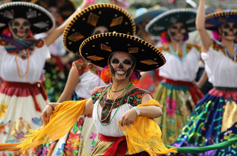 Pessoas participam do desfile do Dia dos Mortos na Cidade do México