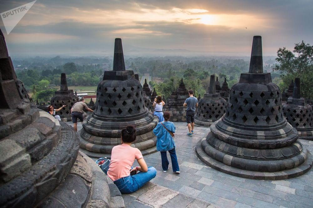 Turistas no complexo do templo budista Borobudur na ilha de Java, Indonésia