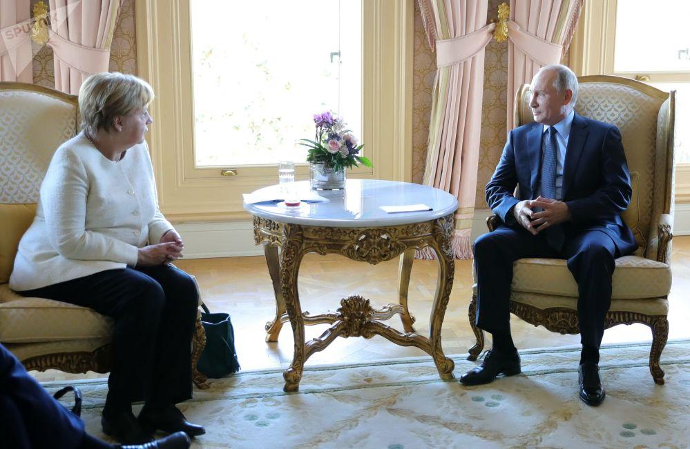 Presidente russo Vladimir Putin e chanceler alemã, Angela Merkel, durante reunião