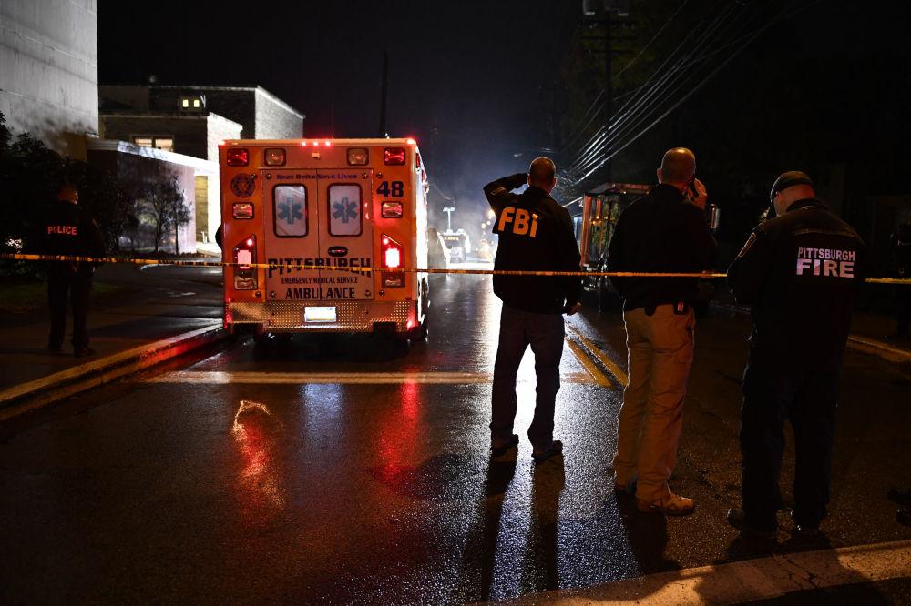 Agentes do FBI na sinagoga Tree of Life na cidade americana de Pittsburgh, onde ocorreu tiroteio em 27 de outubro de 2018