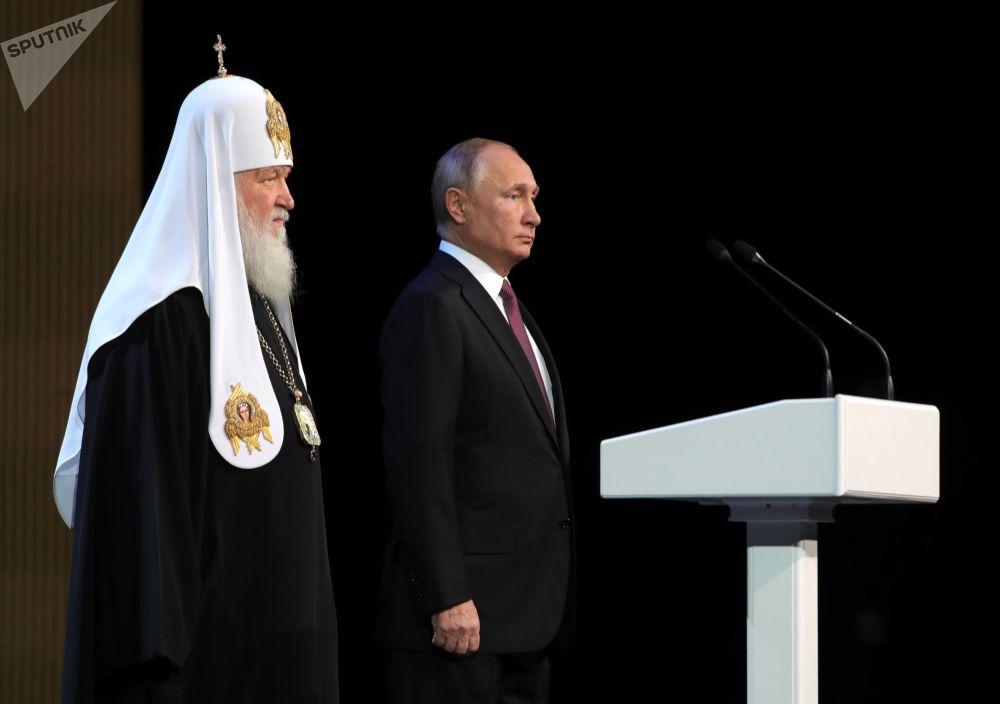 Presidente russo Vladimir Putin e Patriarca de Moscou e Toda a Rússia, Kirill, em sessão plenária