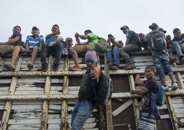 Caravana de migrantes hondurenhos atravessam o México na direção à fronteira dos EUA