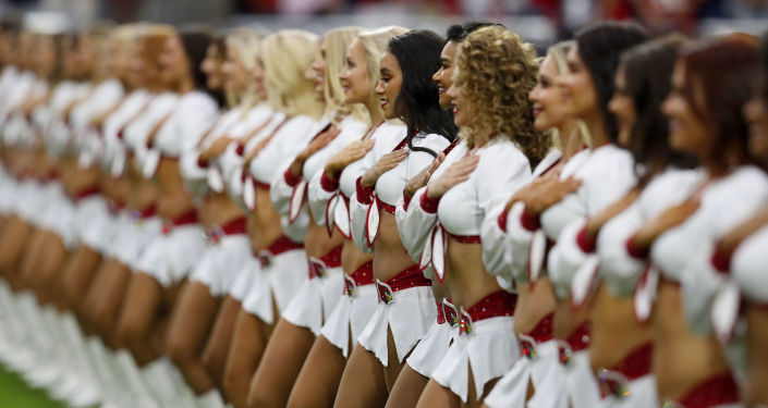 Líderes de torcida se alinham durante primeira metade de jogo de futebol americano no Arizona, EUA