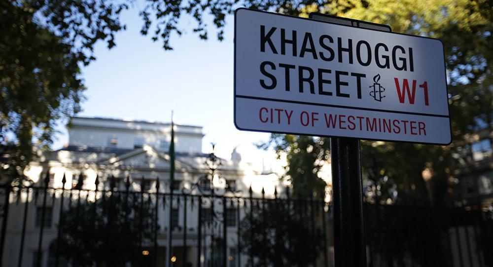 Placa 'Khashoggi Street' fora da embaixada da Arábia Saudita em Londres.