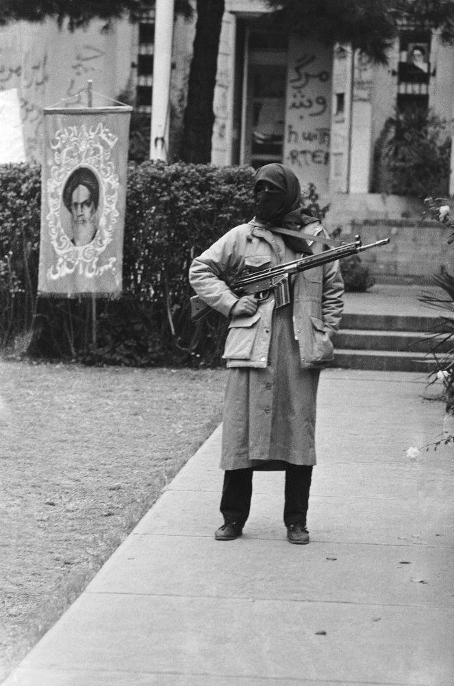 Estudante armado iraniano efetua patrulhamento da embaixada estadunidense em Teerã, onde estão retidos os reféns, em 29 de novembro de 1979