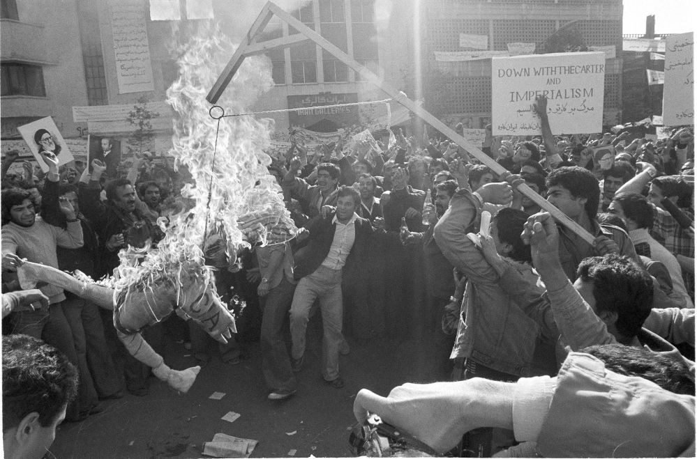Manifestantes iranianos queimam um boneco do Tio Sam perto da embaixada dos EUA em Teerã na sequência da tomada de reféns em 4 de novembro, em 9 de novembro de 1979