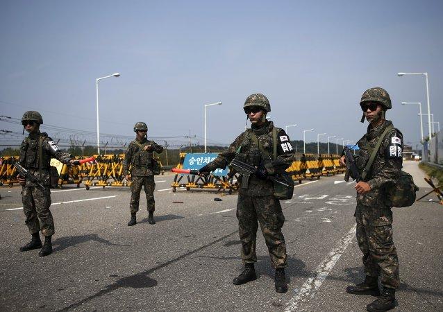 Soldados sul-coreanos montam guarda em um posto de controle na Ponte da Grande Unificação, que leva à aldeia de trégua Panmunjom, ao sul da zona desmilitarizada que separa as duas Coreias.