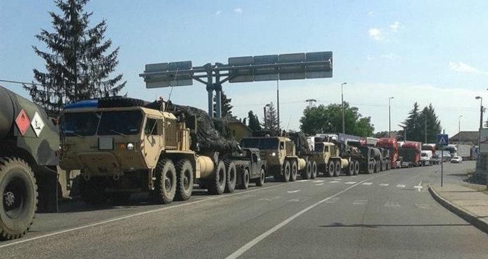 Veículos militares na fronteira húngaro-ucraniana