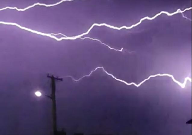 Relâmpagos 'dançam' no céu australiano durante forte tempestade