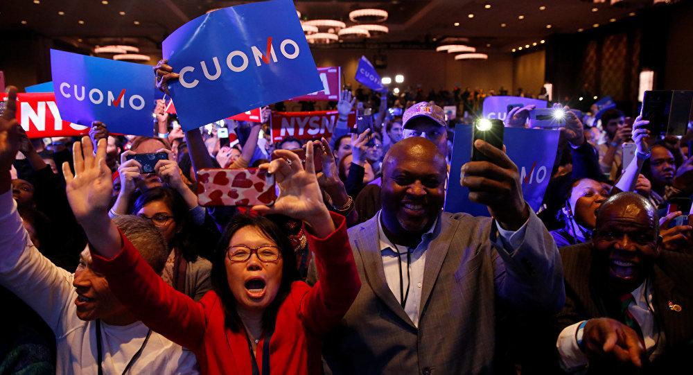 Eleitores à notícia de que o governador democrata de Nova York, Andrew Cuomo, foi reeleito nas eleições de meio-mandato realizadas nos EUA.