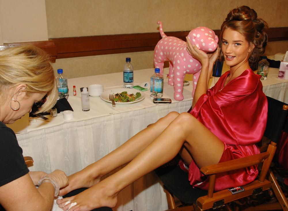 Modelo posa para foto durante preparação para o show Victoria's Secret 2007, em Hollywood, EUA, 15 de novembro de 2007