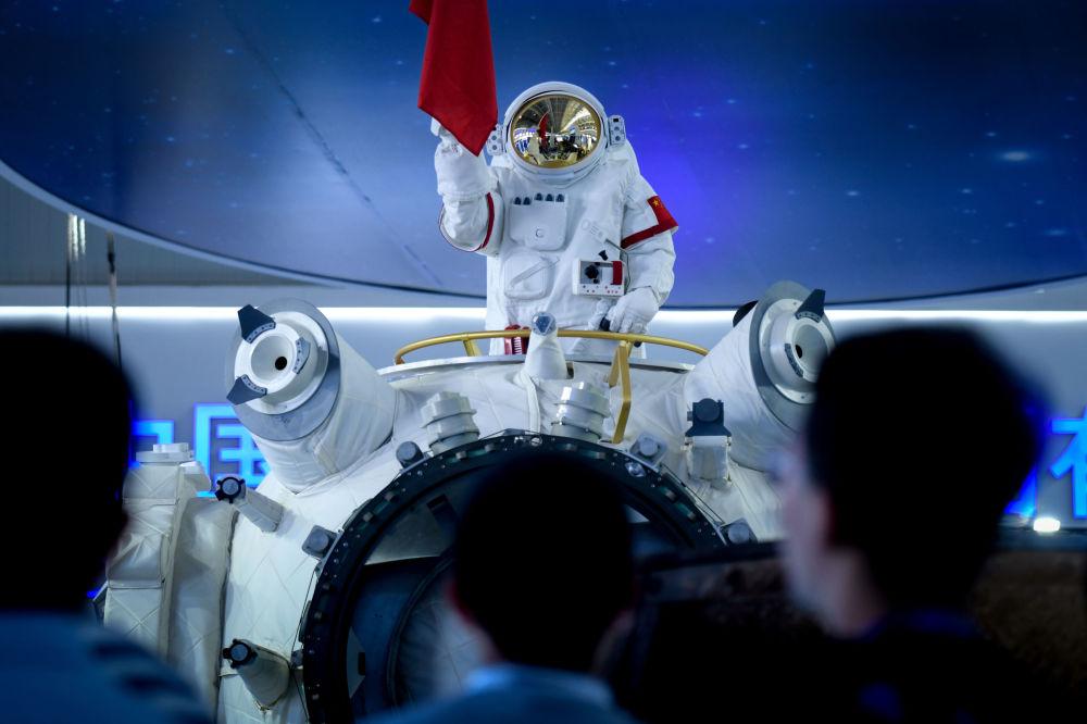 Manequim de astronauta da Estação Espacial Chinesa na Exposição Internacional de Aviação & Aeroespacial da China 2018