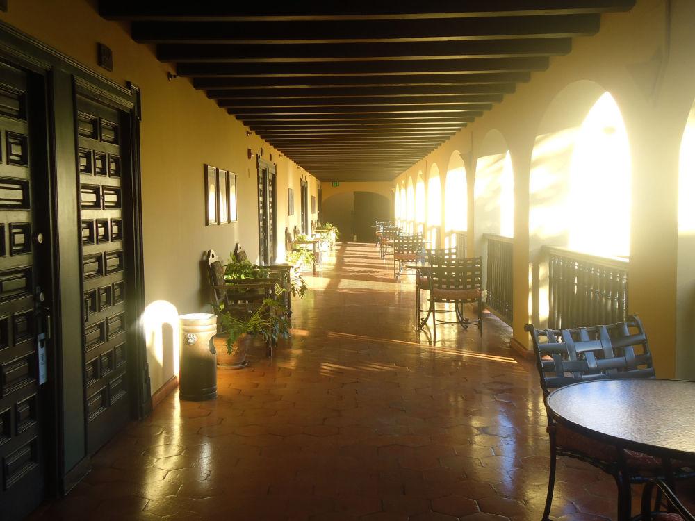 O prédio do Hotel El Convento, em San Juan, no século XVII pertencia à dona Ana, que após ficar viúva transformou a casa em um mosteiro. Hoje em dia, visitantes dizem ter visto a silhueta de uma mulher rezando.