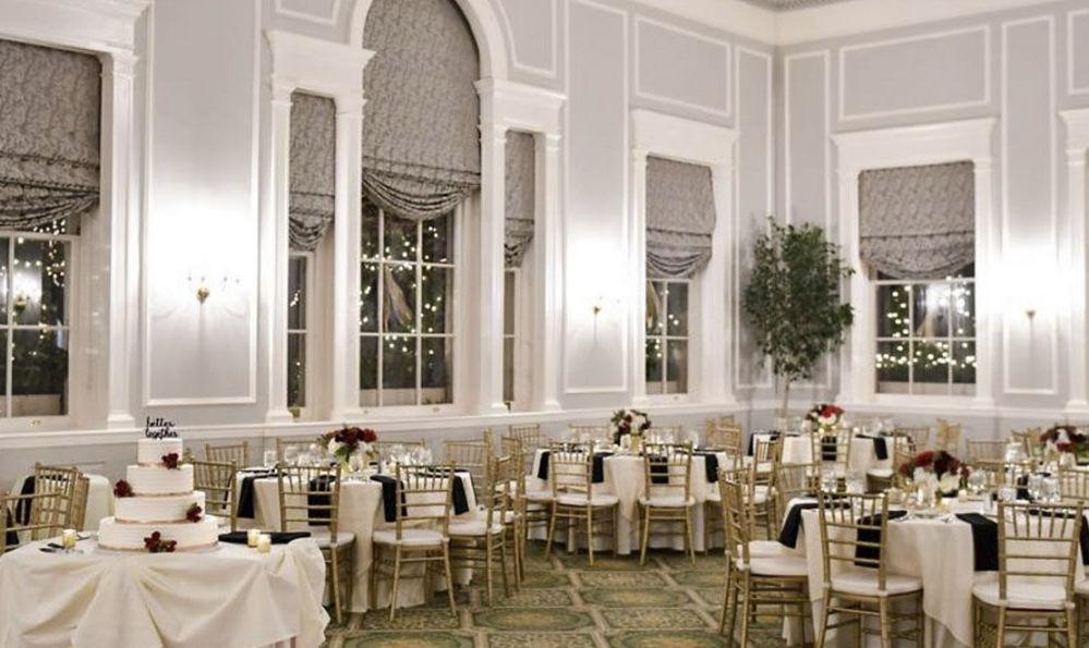 Segundo rumores, o hotel Hawthorne, em Salem, EUA, foi construído no lugar do antigo pomar de uma mulher que foi executada por bruxaria. Os hóspedes contam que de noite sentem o toque de mãos invisíveis e um forte cheiro de maçãs.