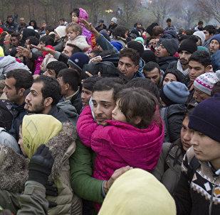 Migrantes se enfileram para entrar na Áustria em Sentilj, Eslovênia (arquivo)