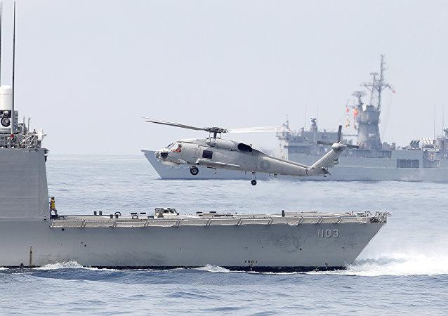Helicóptero S70 da Marinha de Taiwan decola de uma fragata da classe Perry durante treinamentos na estação naval de Suao, no condado de Yilan, nordeste de Taiwan, em 13 de abril de 2018