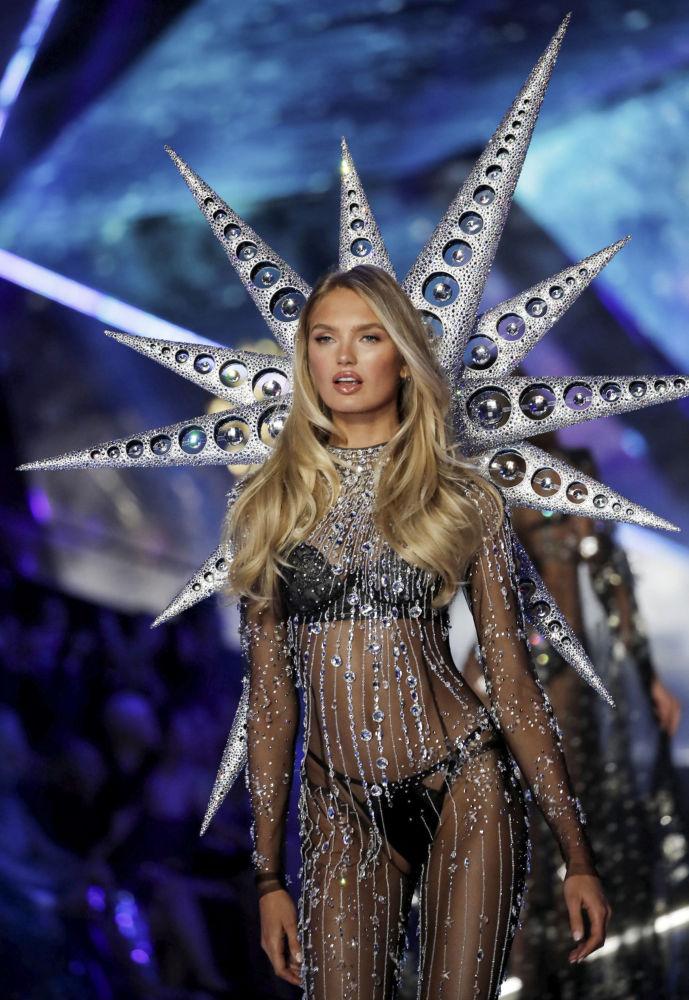 Anjinha da Victoria's Secret durante o evento da moda mais visto de 2018