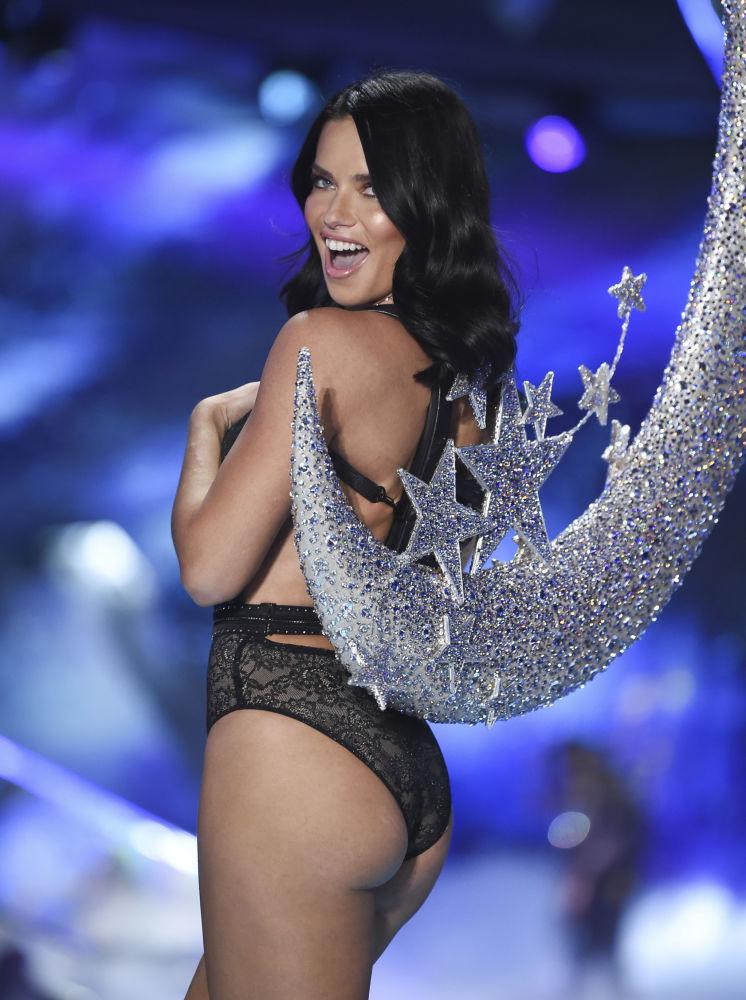Modelo Adriana Lima, de 37 anos de idade, participa pela última vez do desfile anual da Victoria's Secret