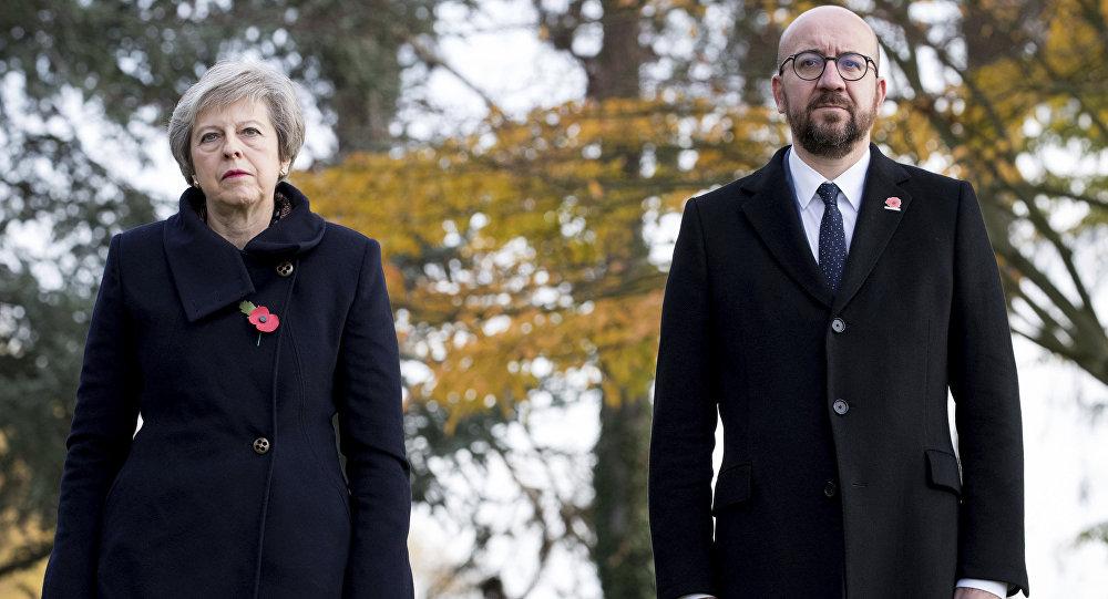 A primeira-ministra britânica Theresa May, à esquerda, e o primeiro-ministro belga, Charles Michel, honram sepulturas dos soldados britânicos da Primeira Guerra Mundial John Parr e George Ellison no cemitério St. Symphorien em Mons, Bélgica.