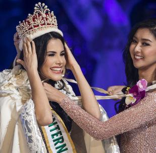 Miss Venezuela, Mariem Claret Velazco Garcia, recebe a coroa da vencedora anterior, Kevin Lilliana, durante o concurso Miss Beleza Internacional 2018, em Tóquio, em 9 de novembro de 2018