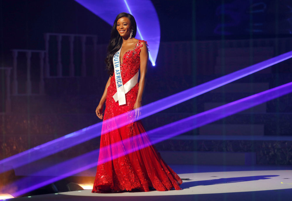 Miss África do Sul, Reabetswe Sechoaro, se apresenta no palco durante o concurso Miss Beleza Internacional 2018, em Tóquio, em 9 de novembro de 2018, onde obteve o 3º lugar