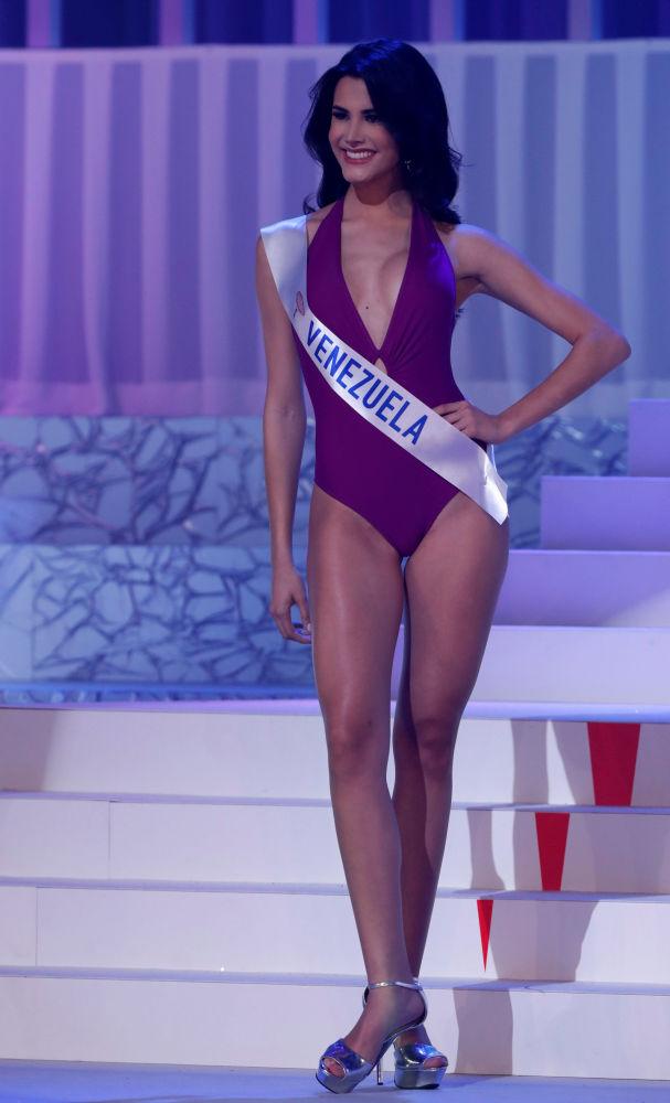 Miss Venezuela, Mariem Claret Velazco Garcia, se apresenta no palco durante o concurso Miss Beleza Internacional 2018, em Tóquio, em 9 de novembro de 2018, onde ocupou o 1º lugar