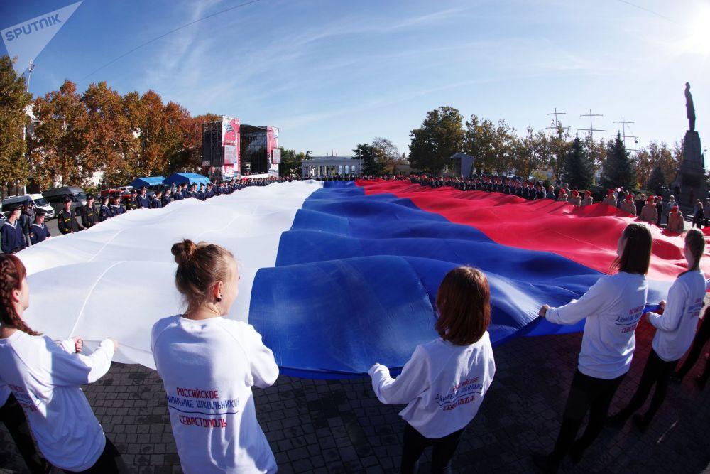 Ativistas participam de ação Bandeira do meu Estado realizada na cidade russa de Sevastopol e dedicada ao Dia da Unidade do Povo