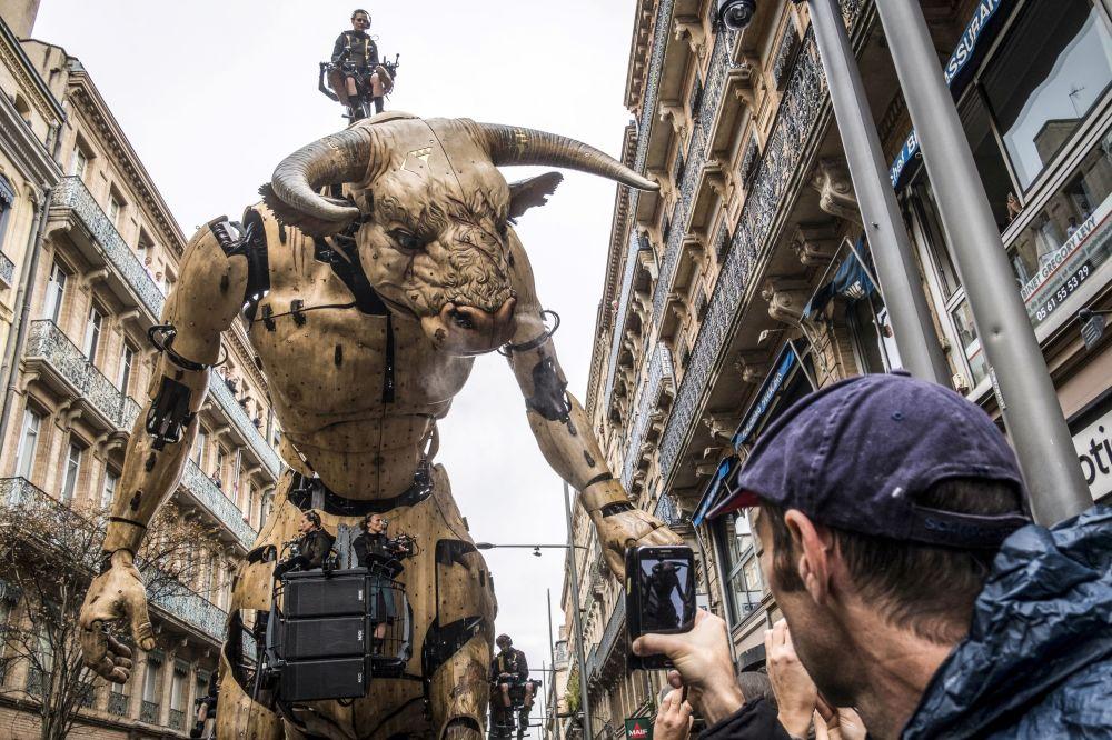 Gigantesco minotauro guiado Asterion instalado em uma rua da cidade francesa de Toulouse no âmbito do show Le Gardien du Temple