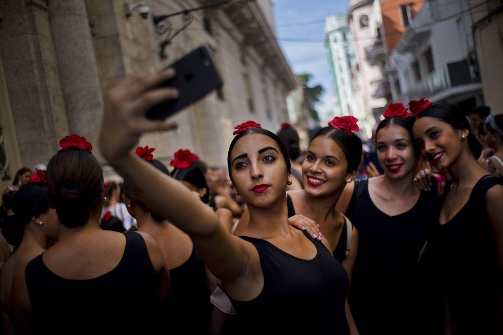 Dançarinas de flamenco tiram selfie durante o Festival Internacional de Balé que teve lugar em Havana, Cuba