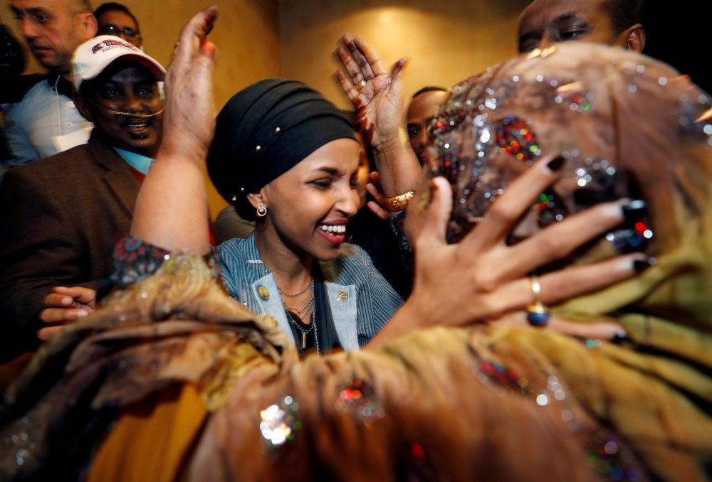 Ilhan Omar recebe cumprimentos de sua família e amigos ao se tornar a primeira legisladora americana de origem somali eleita para o cargo nos Estados Unidos