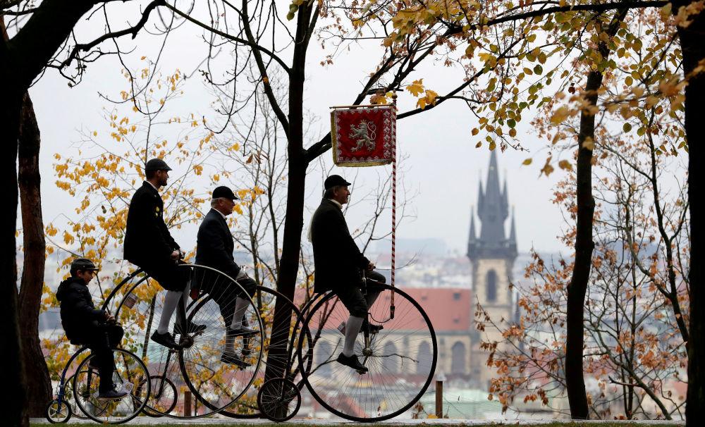Participantes vestem trajes históricos durante uma corrida anual e bicicletas antigas em Praga, na República Tcheca