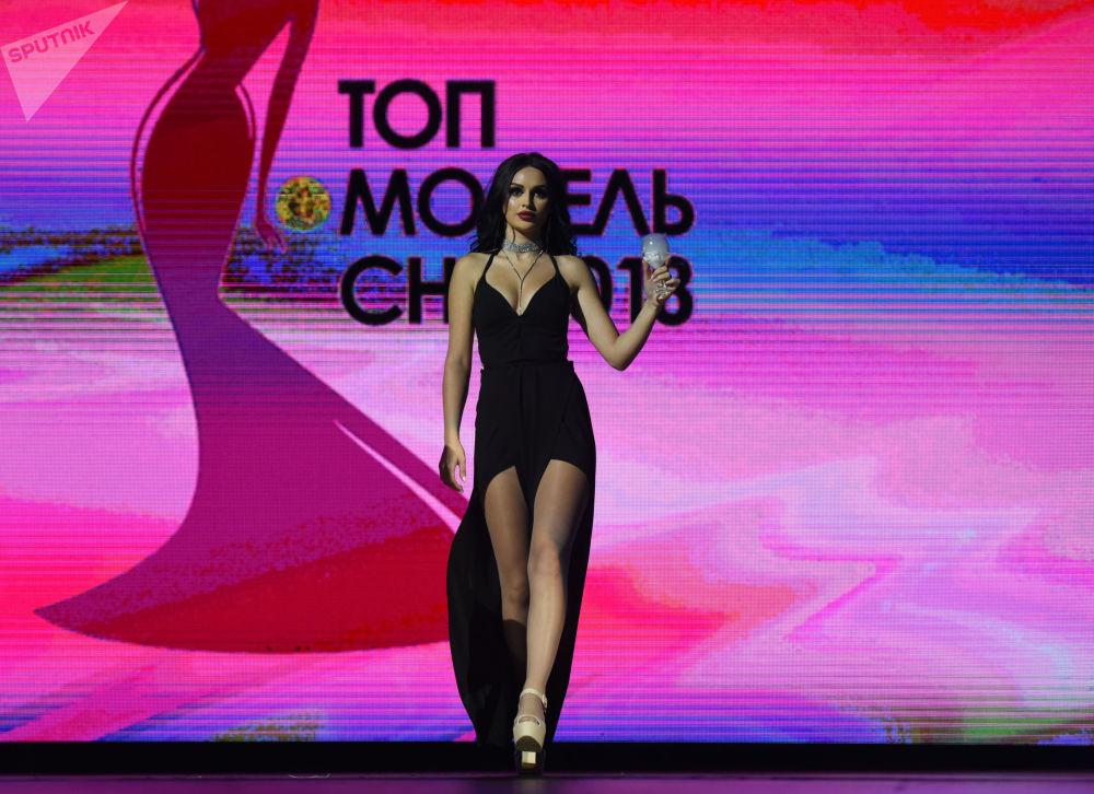Modelo armênia Eva Bagdasaryan participa de um concurso da beleza entre as competidoras da Comunidade dos Estados Independentes