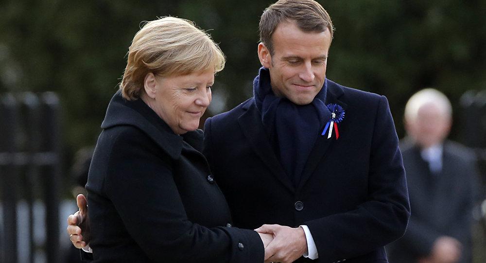 O presidente da França, Emmanuel Macron, e a chanceler da Alemanha, Angela Merkel, participaram da inauguração de uma placa para a reconciliação entre os dois países.