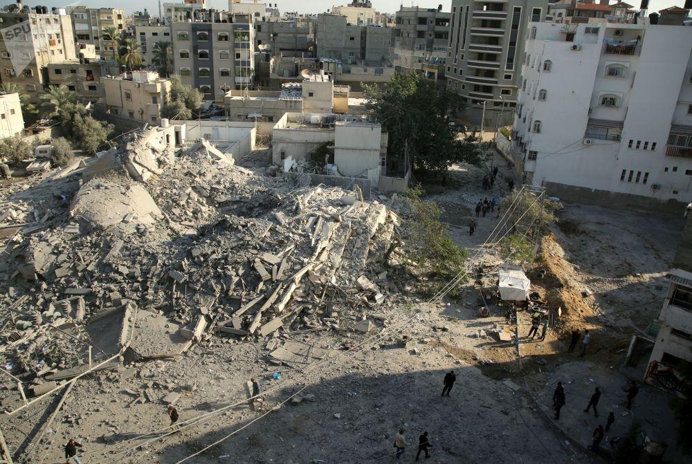 Destroços de prédios após ataques com mísseis lançados por Israel na Faixa de Gaza