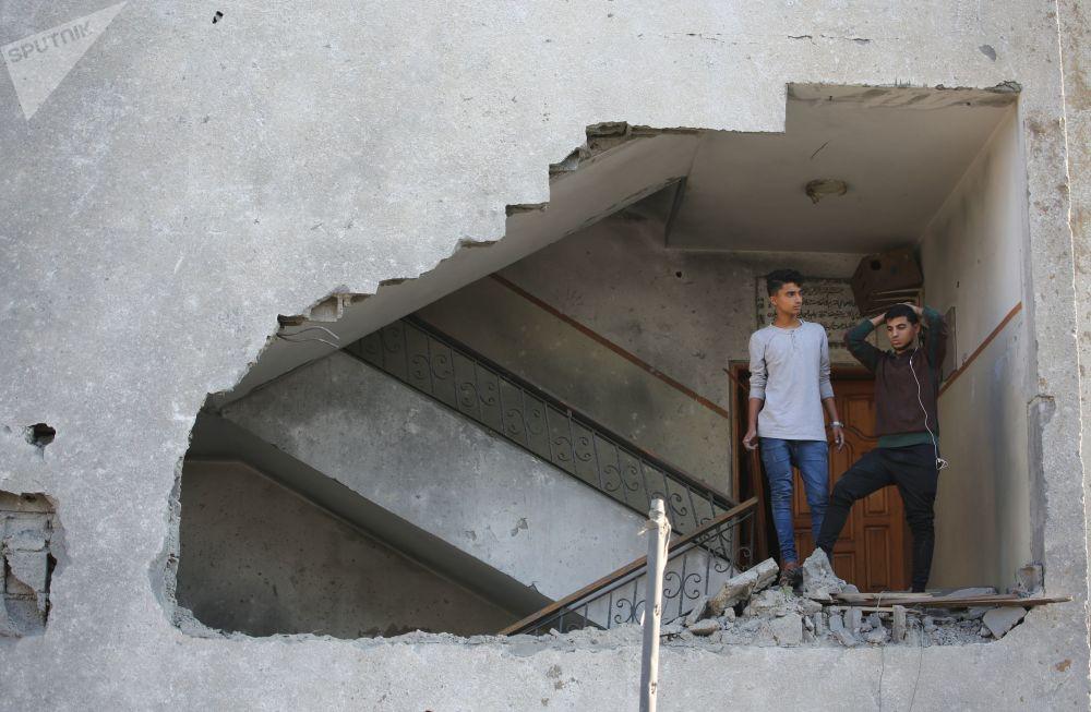 Garotos em um prédio residencial atingido por mísseis israelenses na Faixa de Gaza