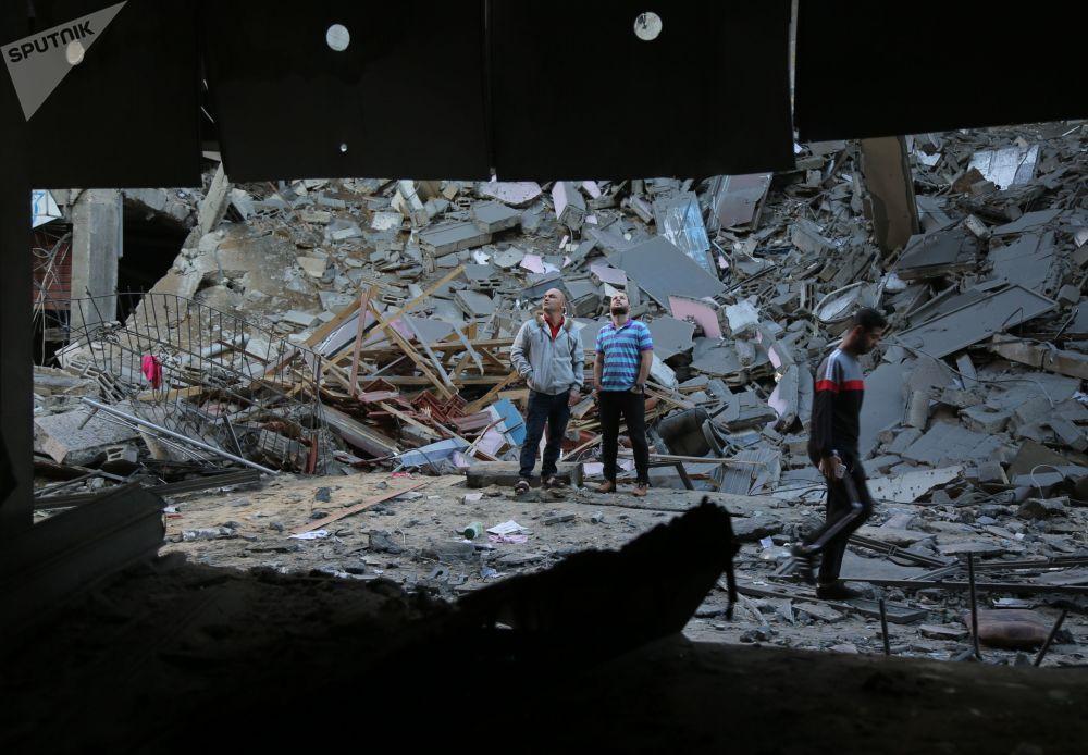 Consequências de um dos ataques com mísseis lançados por Israel na Faixa de Gaza