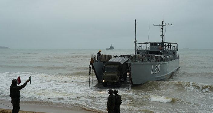 Caminhão da Marinha do Brasil desembarca na praia de Itaoca (ES) durante Operação Atlântico