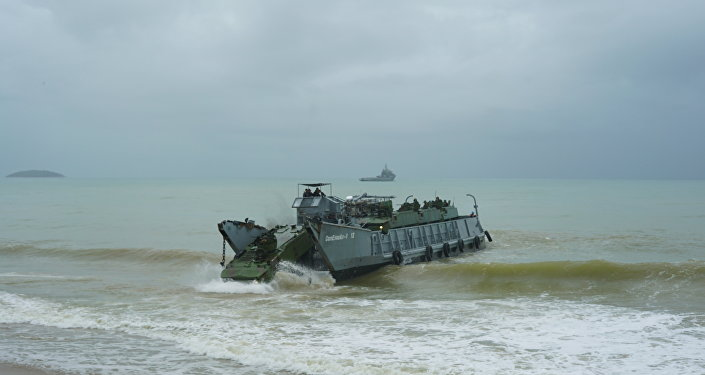 Blindado da Marinha desembarca no mar de Itaoca (ES) com ondas de até 1,5 metros durante Operação Atlântico