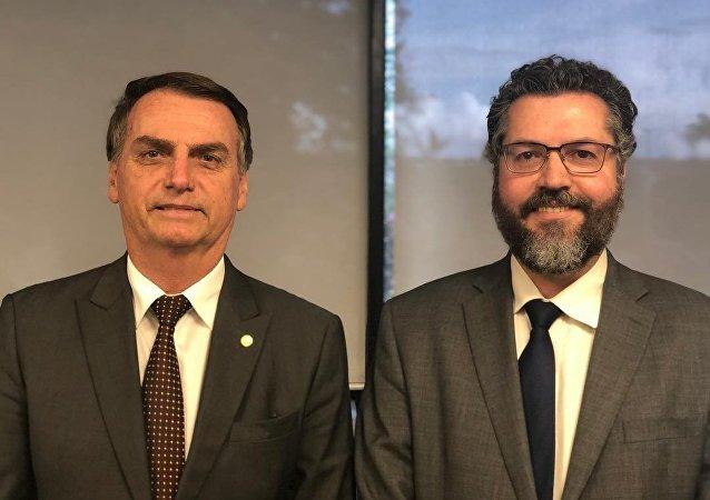 O presidente eleito Jair Bolsonaro (PSL) posa ao lado de seu futuro ministro das Relações Exteriores, o embaixador Ernesto Araújo (arquivo)