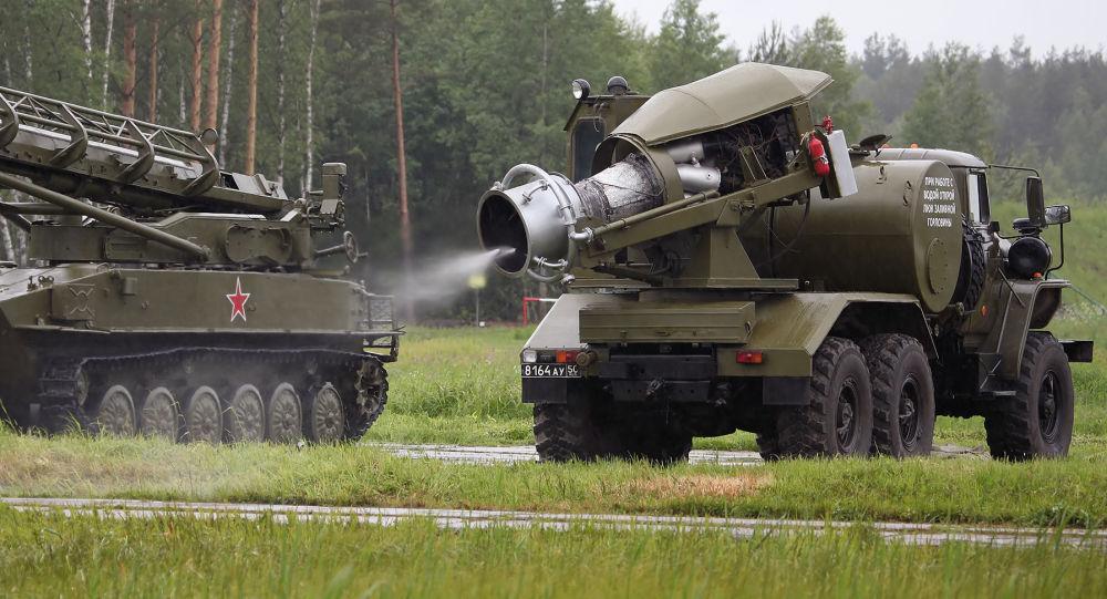 Veículo de tratamento térmico TMS-65U efetua descontaminação de carro de combate